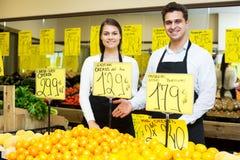 Trabalhadores do mercado com citrinas foto de stock