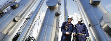 Trabalhadores do petróleo e do gás com encanamentos Fotografia de Stock Royalty Free