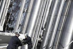 Trabalhadores do petróleo e gás com grandes gasodutos Fotos de Stock
