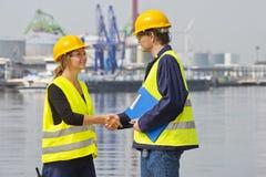 Trabalhadores do porto do cumprimento Fotos de Stock