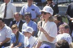 Trabalhadores dos endereços de Hillary Rodham Clinton em uma estação elétrica na excursão 1992 da campanha de Buscapade em Waco,  Foto de Stock