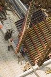 Trabalhadores e equipamento de levantamento no canteiro de obras Fotografia de Stock Royalty Free