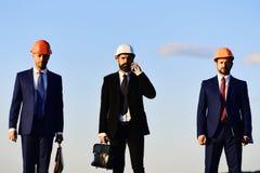 Trabalhadores e reunião da posse do coordenador Arquitetos com caras sérias imagens de stock