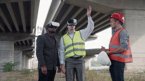 Trabalhadores e vidros da realidade virtual dos usos do contramestre Imagens de Stock Royalty Free