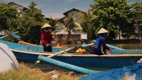 Trabalhadores em um barco de pesca no rio em Cilacap, Java, Indonésia video estoque