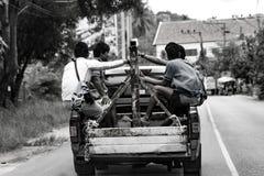 Trabalhadores em um caminhão Fotos de Stock Royalty Free