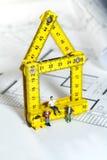 Trabalhadores em um local de edifício do modelo Imagens de Stock