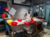 Trabalhadores em um vendedor de peixe no porto de Fiumicino em Itália fotos de stock royalty free