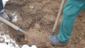 Trabalhadores em uma cremalheira que escavam acima um cabo de uma comunicação filme