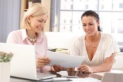 Trabalhadores fêmeas felizes no escritório para negócios fotos de stock royalty free
