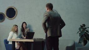 Trabalhadores fêmeas preguiçosos que usam o telefone no escritório que evita o trabalho video estoque