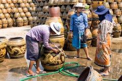 Trabalhadores fêmeas que lavam potenciômetros de flor do teste padrão do dragão Fotos de Stock Royalty Free