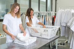 Trabalhadores felizes da lavanderia em líquidos de limpeza secos Fotografia de Stock Royalty Free