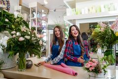 Trabalhadores felizes no florista foto de stock