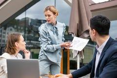Trabalhadores incorporados que discutem a expansão futura da empresa Foto de Stock Royalty Free