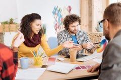 Trabalhadores inspirados que discutem o trabalho no escritório Fotografia de Stock Royalty Free