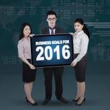Trabalhadores multirraciais que mostram objetivos de negócios para 2016 Imagens de Stock Royalty Free