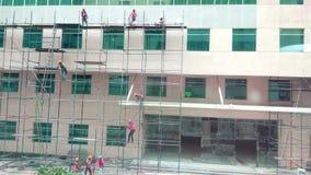 Trabalhadores na construção nos encaixes de tubulação imagens de stock royalty free