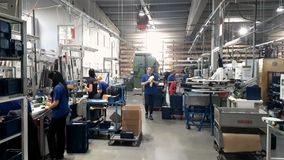Trabalhadores na fabricação de peças mecânicas vídeos de arquivo