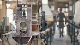 Trabalhadores na planta - produção das hastes de fibra de vidro - reforço composto vídeos de arquivo