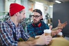 Trabalhadores na ruptura de café imagem de stock royalty free