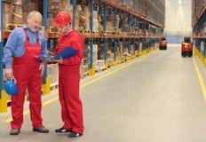 trabalhadores no armazém Fotos de Stock Royalty Free