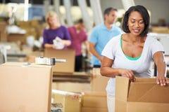 Trabalhadores no armazém que prepara bens para a expedição imagens de stock