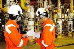 trabalhadores no equipamento a pouca distância do mar no Golfo da Tailândia Imagens de Stock