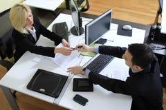 Trabalhadores no escritório Fotos de Stock Royalty Free