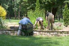 Trabalhadores no parque foto de stock