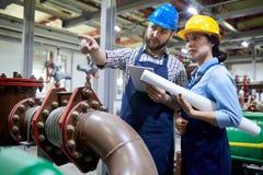 Trabalhadores no sistema da purificação de água imagem de stock royalty free