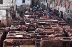 Trabalhadores no souk do curtume, Marrocos Fotos de Stock Royalty Free
