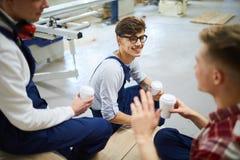Trabalhadores novos positivos que têm a ruptura junto imagens de stock royalty free
