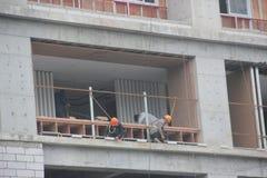 Trabalhadores perigosos da instalação Foto de Stock