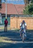 Trabalhadores pretos em sua maneira de trabalhar em África do Sul imagem de stock royalty free