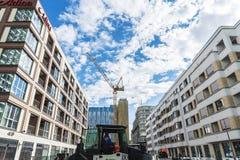 Trabalhadores que asfaltam uma rua em Berlim, Alemanha Imagens de Stock