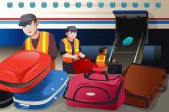 Trabalhadores que carregam a bagagem em um avião no aeroporto Imagem de Stock Royalty Free