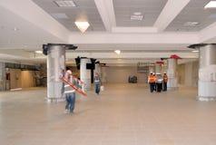 Trabalhadores que carregam materiais de construção em seu espaço de trabalho imagens de stock