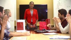 Trabalhadores que comemoram o aniversário do colega no escritório video estoque