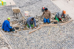 Trabalhadores que constroem a estrada que pavimenta em Buda Castle. Fotografia de Stock Royalty Free