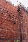 Trabalhadores que constroem o andaime na parede do complexo de Taj Mahal dentro Fotos de Stock