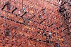 Trabalhadores que constroem o andaime na parede do complexo de Taj Mahal dentro Imagem de Stock
