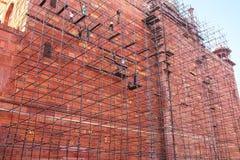 Trabalhadores que constroem o andaime na parede do complexo de Taj Mahal dentro Foto de Stock Royalty Free