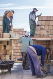 Trabalhadores que constroem uma casa Fotos de Stock