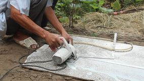 Trabalhadores que cortam a máquina de corte de pedra video estoque