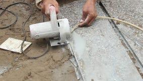 Trabalhadores que cortam a máquina de corte de pedra filme