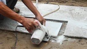 Trabalhadores que cortam a máquina de corte de pedra vídeos de arquivo