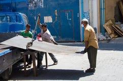 Trabalhadores que cortam uma placa imóvel Fotografia de Stock Royalty Free