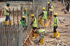 Trabalhadores que fabricam a barra do reforço do feixe à terra Imagem de Stock Royalty Free