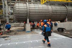 Trabalhadores que fazem a fundação na fábrica química fotografia de stock